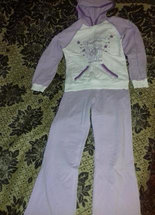 Спортивный костюм на 8-10 лет.