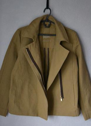 Бежевая куртка косуха lacoste