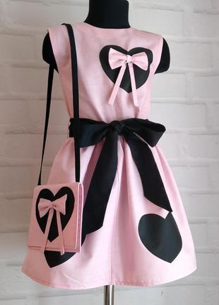 """Розовое платье с принтом """"сердца"""" под пояс+ бантик+сумочка. 100% хлопок рр 110-140"""