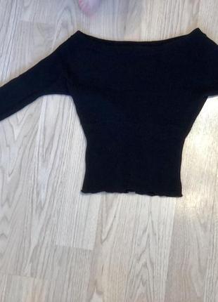 Стильный черный свитер на плечи
