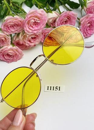 Модные солнцезащитные очки с желтыми линзами