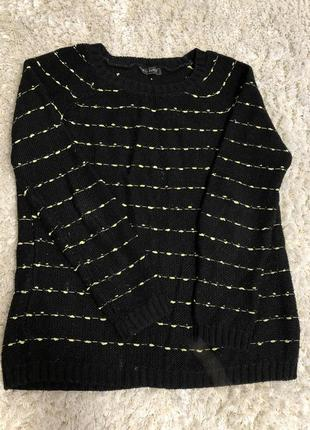 Чёрный свитер с жёлтыми полосками
