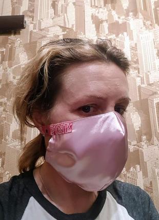 Красивая маска питта атласная розовая с резинками pink .