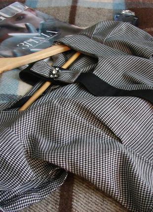 Красивое платье клетка с объемными рукавами и поясом