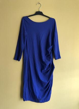 Красивое платье ярко синего цвета