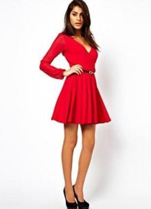 Красное платье с декольте, расклешенной юбкой и прозрачными рукавами