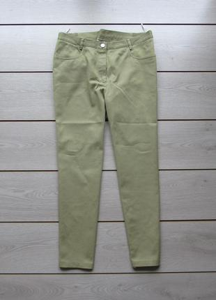 Укороченные хлопковые брюки светло-оливкового цвета под джинс