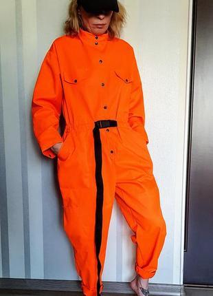 Клевый ярко оранжевый комбинезон роба с карманами и черной фурнитурой 57% коттон
