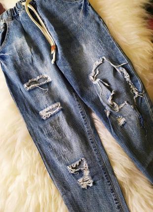 Крутые, рваные джинсы бойфренд