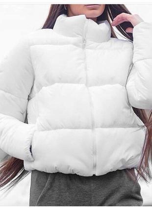 Красивая белая куртока на весну