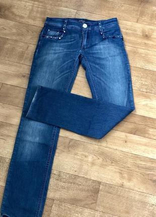 Стильные голубые джинсы