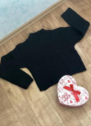 Стильный черный свитер