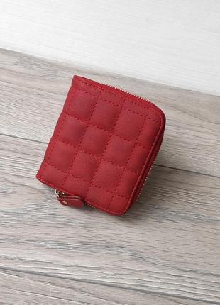 Маленький красный кошелек