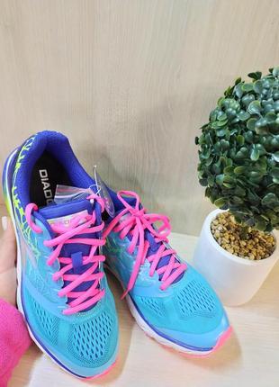 Яскраві весняні кросівки 40