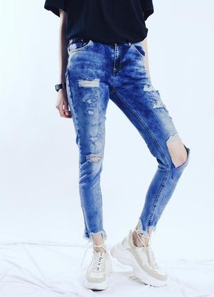 Голубые джинсы скинни рваные