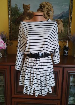 Крутое летнее платье со свободным верхом на одно плече в полоску и рюшами