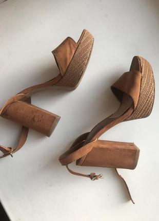 Рыжие коричневые замшевые летние босоножки на толстом каблуке