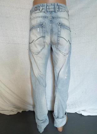 Оригинальные, фирменные джинсы из плотной ткани.