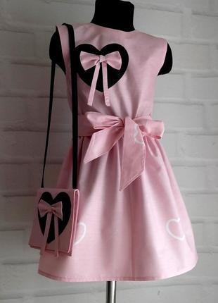 """Розовое платье с принтом """"сердца"""" под пояс+ бантик+сумочка. 100% хлопок. размеры 110-140"""