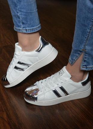 Кроссовки белые с серебристыми вставками