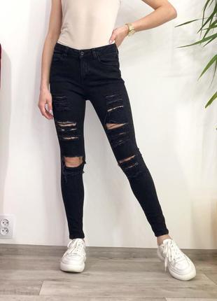 Чёрные джинсы скини с рваностями
