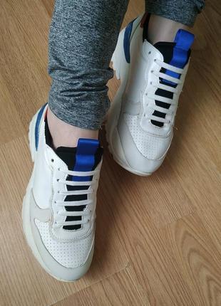 Белые кроссовки с масивной высокой подошвой