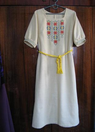 Платье с ручной вышивкой в украинском стиле из натуральной ткани