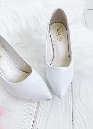 Белые лаковые туфли лодочки