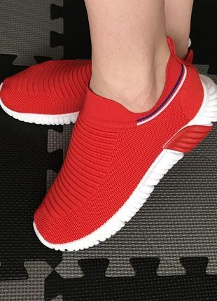 Яркие красные кроссовки носки