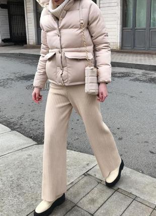 Женская весенняя короткая куртка пуховик с  накладными карманами бежевая черная