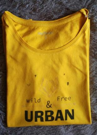 Оранжевая футболка с надписью