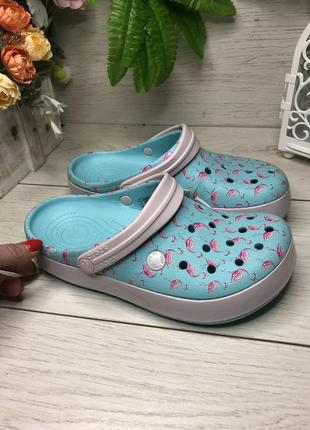 Кроксы женские с фламинго crocs crocband™ seasonal graphic clog