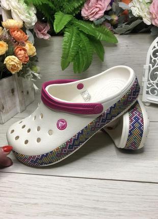 Кроксы женские мозаика с малиновой шлейкой  crocs crocband gallery clog