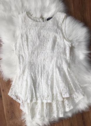 Белая кружевная блуза с баской