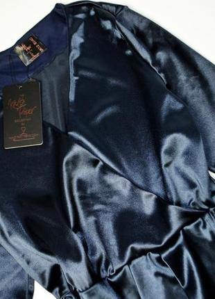 Роскошное темно-синее атласное платье с запахом6 фото