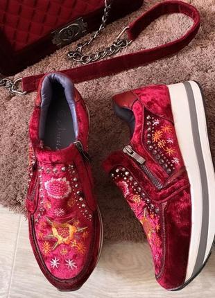 Шикарные кроссовки с вышивкой бордовые велюровые