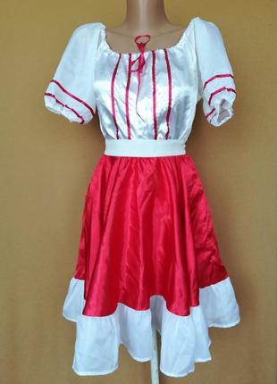 Украинский костюм вышиванка и красная юбка солнце