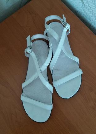 Босоножки кожаные без каблука белые с ремешками