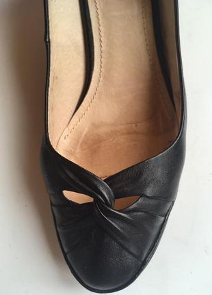 Кожанные черные модельные туфли.