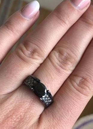 Черное кольцо с черным топазом.