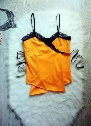 Оранжевая майка блуза в бельевом стиле на запах с черным гипюром кружевом на запах завяз