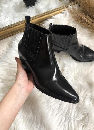 Стильные черные лаковые сапожки на каблуке 39-40 р reserved