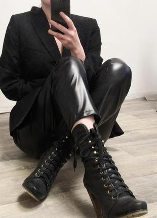 Ботинки на шнуровке и каблуке