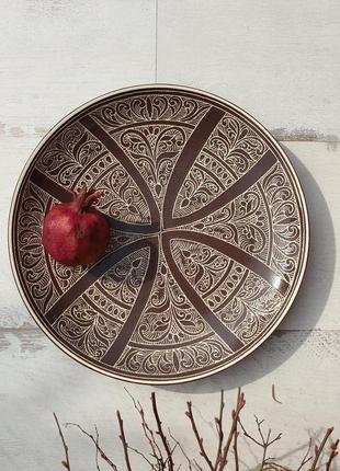 Керамическая тарелка с рельефным орнаментом 28 см