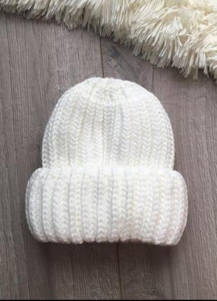 Белая вязаная шапка шерсть