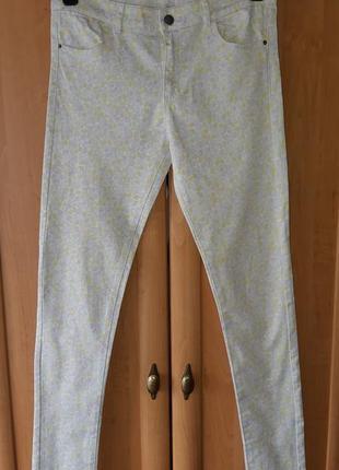 Коттоновые брюки скинни молочного цвета в нежный цветочный принт