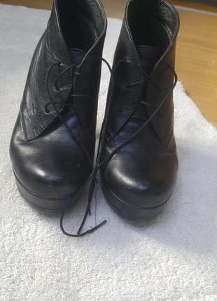 Кожаные ботинки на высокой подошве