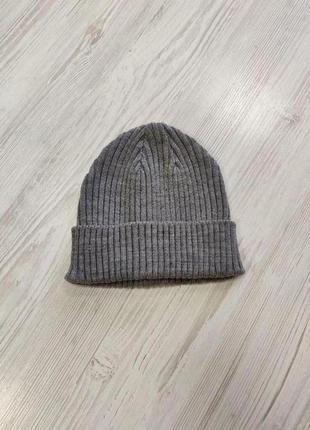 Серая шапка унисекс в рубчик
