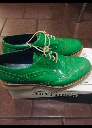 Зелёные лаковые туфли