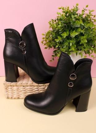 Ботинки чёрного цвета на каблуке